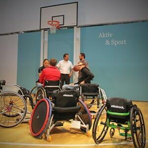 Am Stand von Rollstuhlspezialist OttoBock kann Basketball gespielt werden