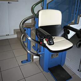 HIRO 160 Treppenlift mit blauer Stuhlverkleidung