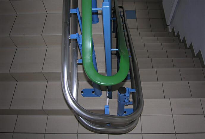 Blaue Fahrbahnstützen an blauem Geländer