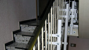 Befestigung des Treppenlifts an Stützen im Treppenauge