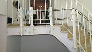 Befestigung der Fahrbahnstützen seitlich an der Treppenwange