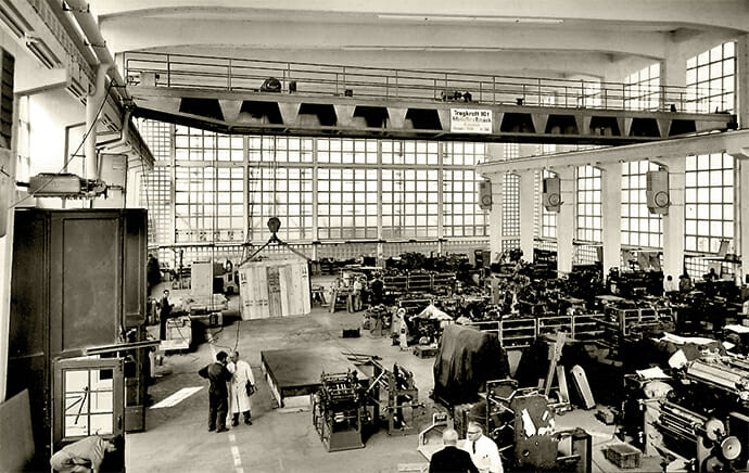 Laufkran in einer Produktionshalle in den späten 50er Jahren