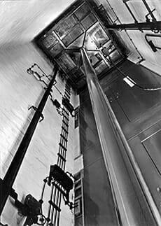 Blick in den Aufzugsschacht eines hydraulischen Personenaufzugs