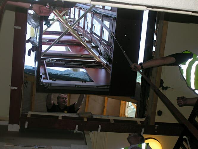 Montage des fertigen Aufzugsschachts
