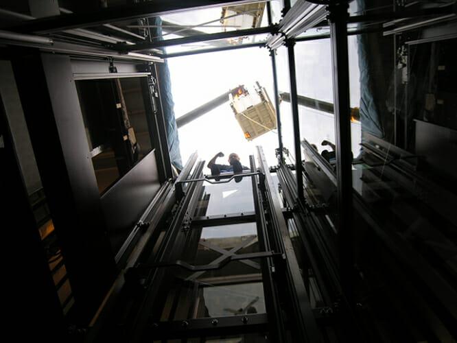 Fahrkorb über dem Hotel