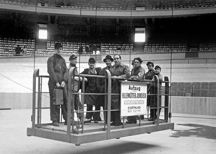 Schwebebühne mit 9 Personen in der Dortmunder Westfalenhalle.