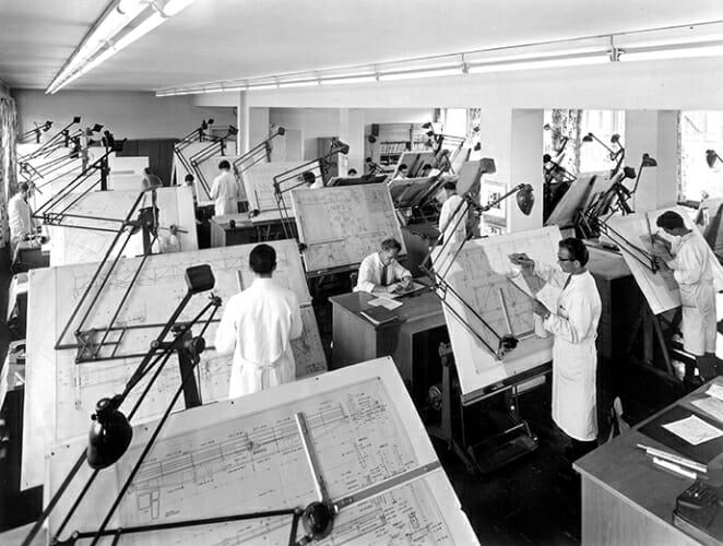 Konstrukteure an Zeichenbrettern in den späten 50er Jahren