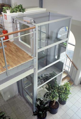 Behinderten-Senkrechtaufzug, auch Rollstuhlaufzug oder Homelift genannt - im Foyer eines Hauses