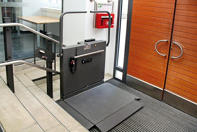 Rollstuhl-Schrägaufzug, Innenanlage mit kurviger Fahrbahn