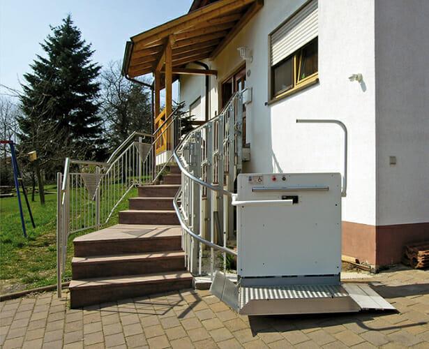 Rollstuhl-Schrägaufzug, Außenanlage mit kurviger Fahrbahn