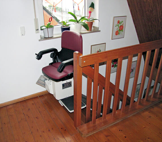 Treppenlift mit gerader Fahrbahn auf steiler Treppe, Innenalage