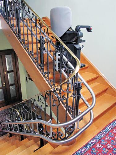 Treppenlift in Mehrfamilienhaus mit kurviger Fahrbahn