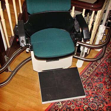 Treppenlift mit großem Fußbrett für Hund