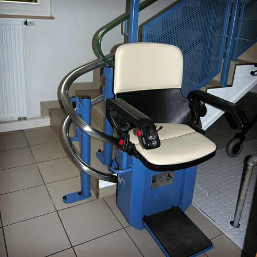 Blaue Fahrbahnelemente und Stuhlverkleidung