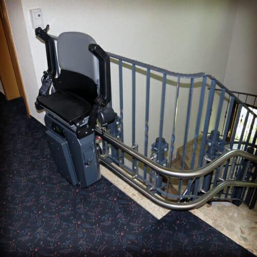Fahrbahnstützen und Stuhlverkleidung im gleichen Grau wie das Treppengeländer