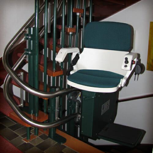 Grüner Sitzbezug und grüne Stuhlverkleidung passend zu der Treppenharfe
