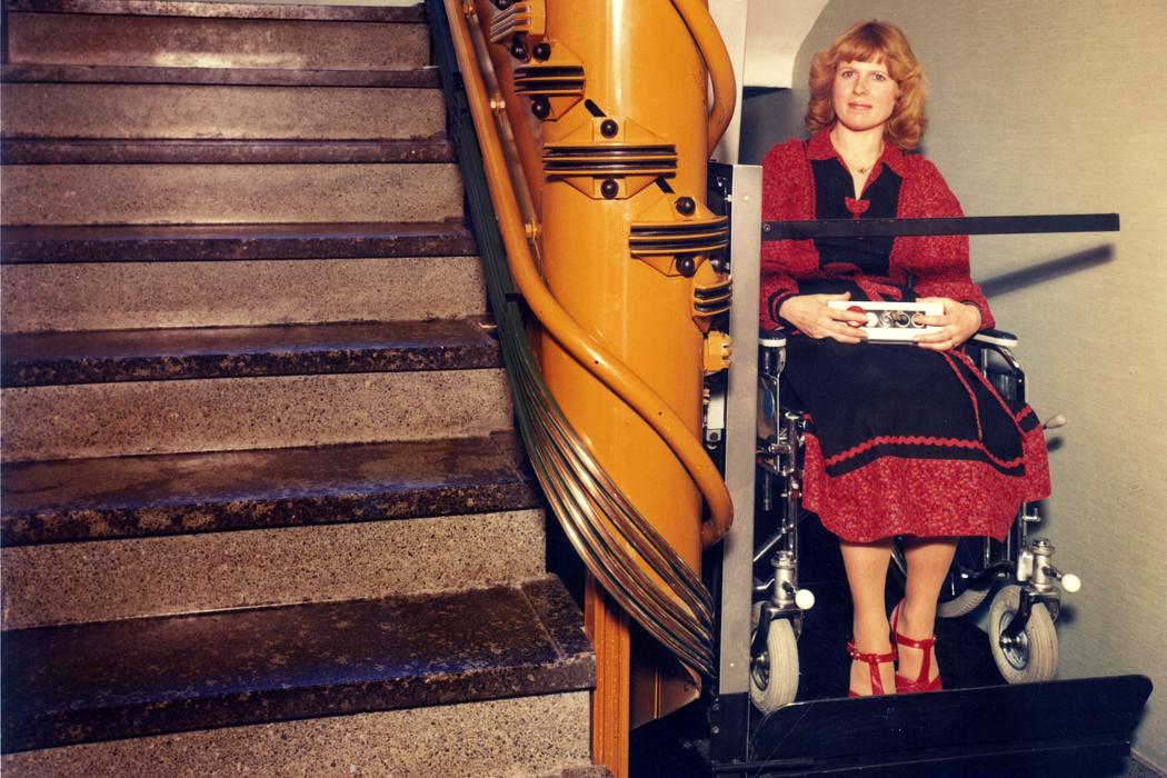 Plattform-Schrägaufzug mit Rollstuhlfahrerin