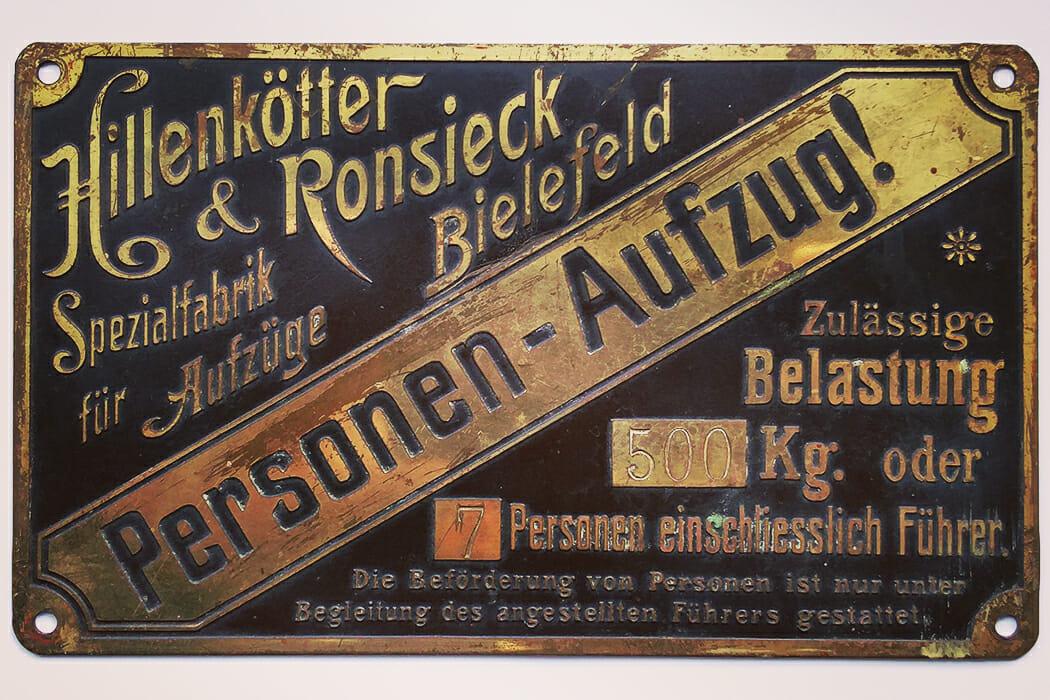 altes Schild aus einem Aufzug der Vorkriegszeit