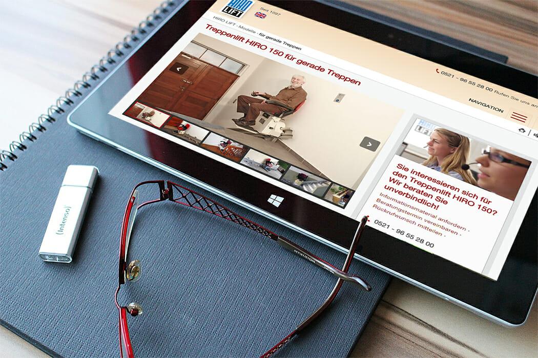 Tablet mit aufgerufener Hiro.de Internetseite