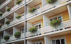 Balkone eines Mehrparteienhauses