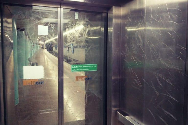 Zerkratzte Oberflächen einer Aufzugskabine zur U-Bahn Haltestelle