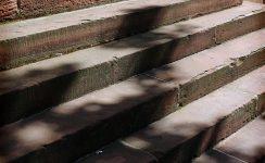 Treppe, deren Konturen durch den Schatten eines Baumes undeutlich sind