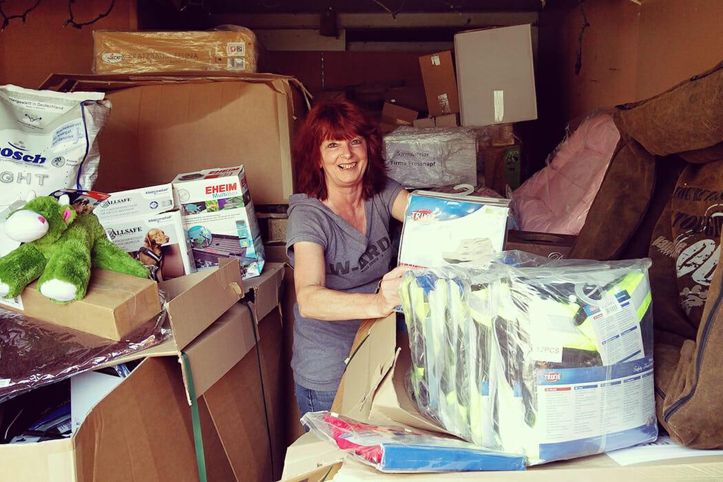 Frau Lampe von der Tierhilfe Melle freut sich über die großzügige Unterstützung