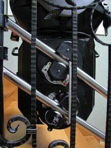 Ein Blick von hinten auf den Traktionsantrieb eines Treppenlifts