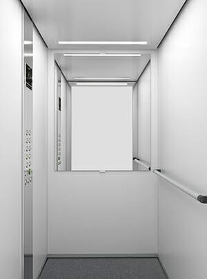 In klassischem weiß gehaltene Aufzugskabine