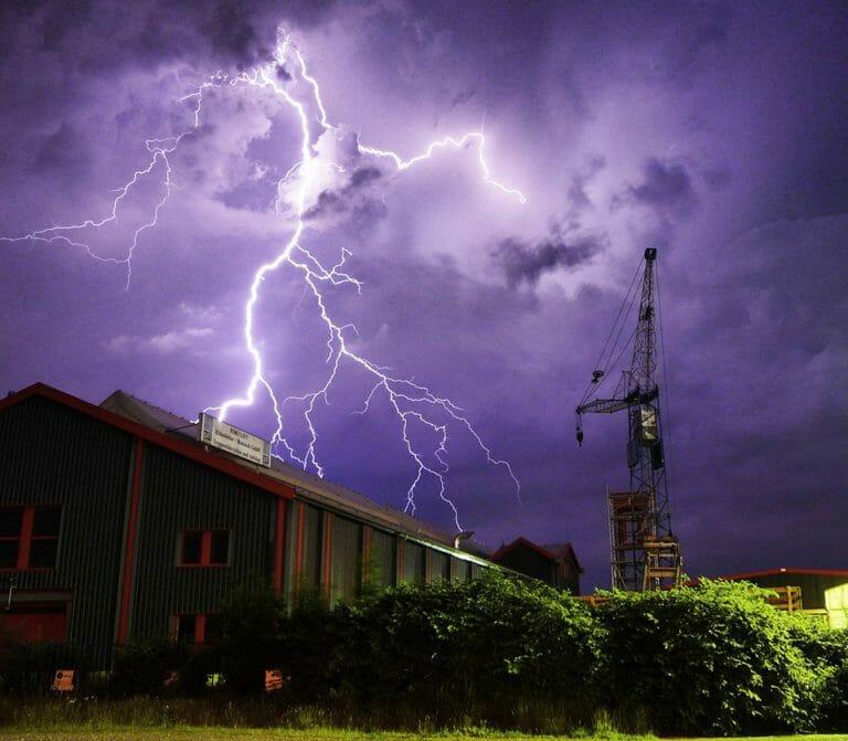 Blitze über dem Werk von HIRO LIFT in Bielefeld.