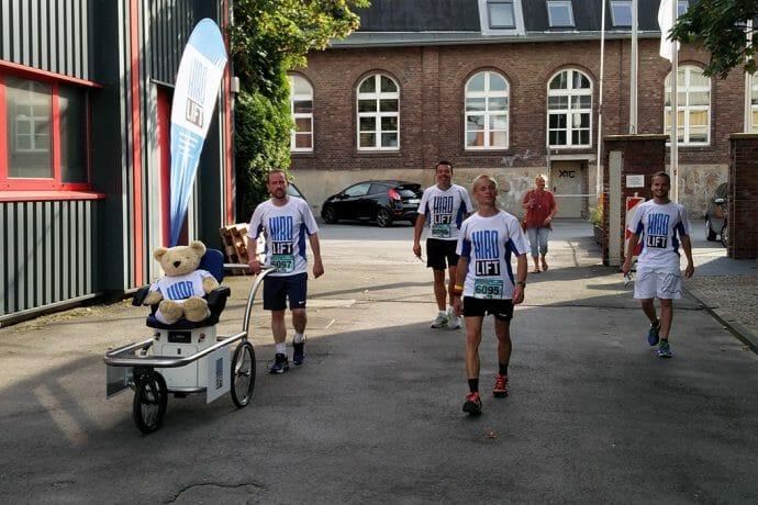 Das Run and Roll-Day Laufteam von HIRO LIFT auf dem Werksgelände.