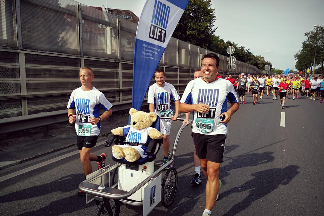 Team von HIRO LIFT mit einem Treppenlift auf den Run and Roll Day in Bielefeld