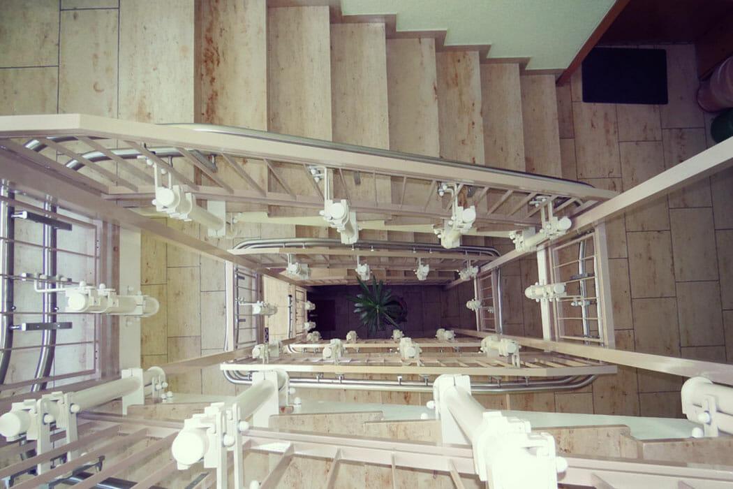 Treppenauge mit Fahrbahn eines Schrägaufzugs
