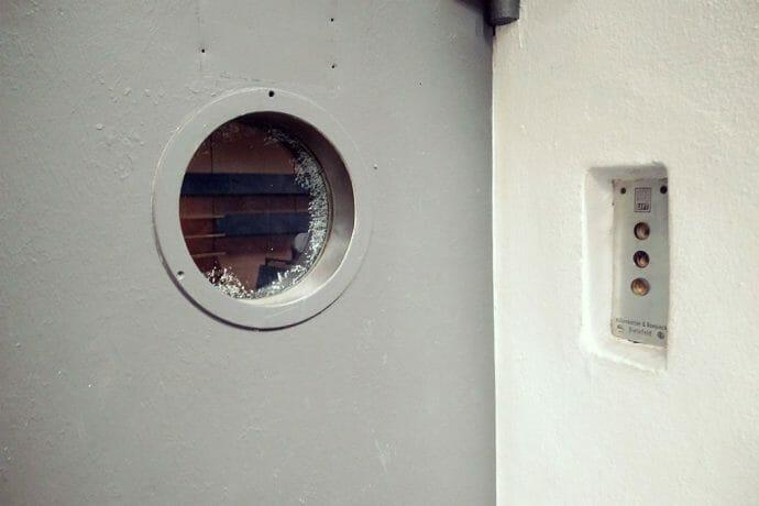 Ruftaster und Bullauge in der Aufzugstür