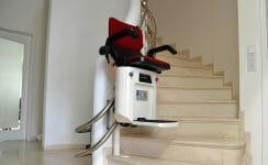 Ein Treppenlift von HIRO LIFT auf einer Marmortreppe.