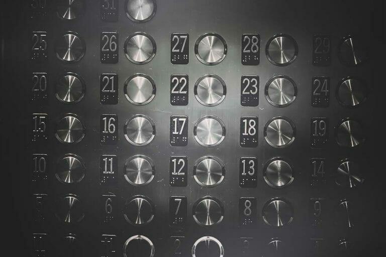 Bedientafel in einer Aufzugskabine