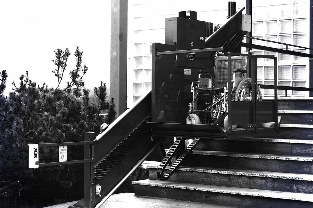 Rollstuhl-Schrägaufzug mit Schnecke-Segmentantrieb und Schleppkabel