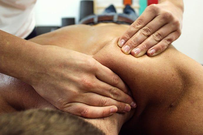Rückenmassage in einer Physiopraxis