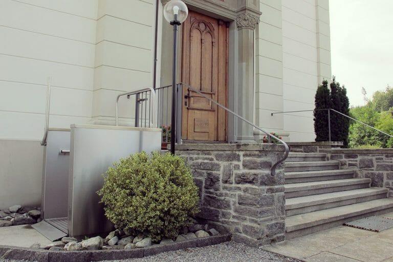 Hebebühne von HIRO LIFT an einem Hochparterre Eingang