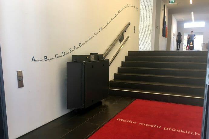 Ein Plattform-Schrägaufzug von HIRO LIFT im Mathematikum Gießen.