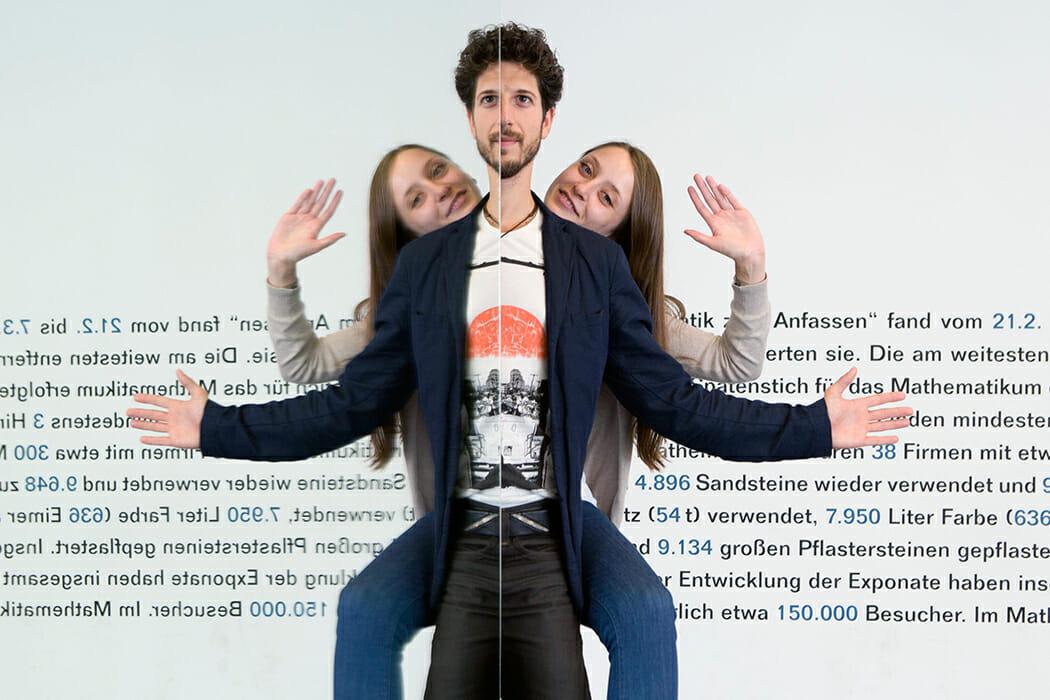 Das Exponat Faxenspiegel im Mathematikum Gießen.