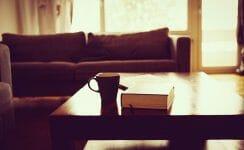 Wohnzimmer mit tiefen Postermöbeln