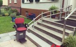 Treppenlift außen an einem Wohnhaus