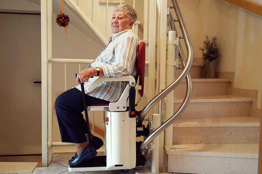 Frau Kalder nach dem Sturz auf ihrem neuen Treppenlift